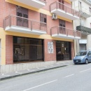 Hold.214. - Ampio locale commerciale su due livelli con spazio retrostante per uso parcheggio - € 340.000  (trattabili)
