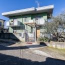 Cod.Hold.309 - Appartamento semindipendente  con piccolo giardino, area esterna pertinenziale  e due box auto - € 165.000
