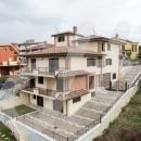 Cod.San028 -  Porzione di villa trifamiliare nel pieno centro urbano -   Nuova mai abitata - € 290.000